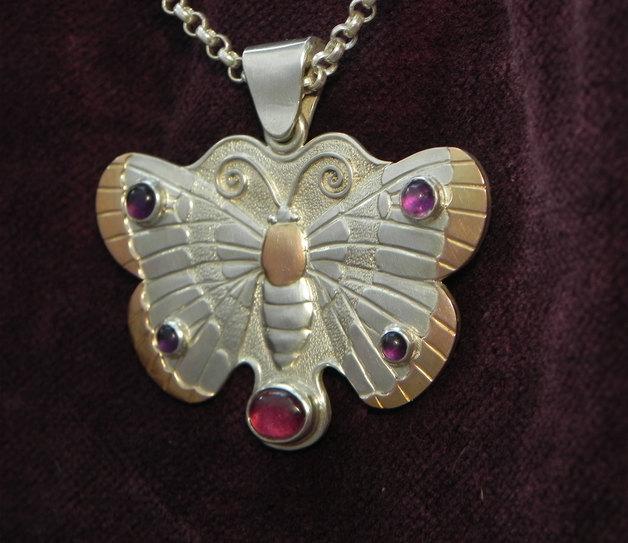 Anhänger Die Leichtigkeit des Schmetterlings von der Seite