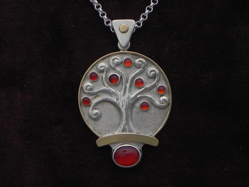 Silberanhänger mit Baum und Karneolen