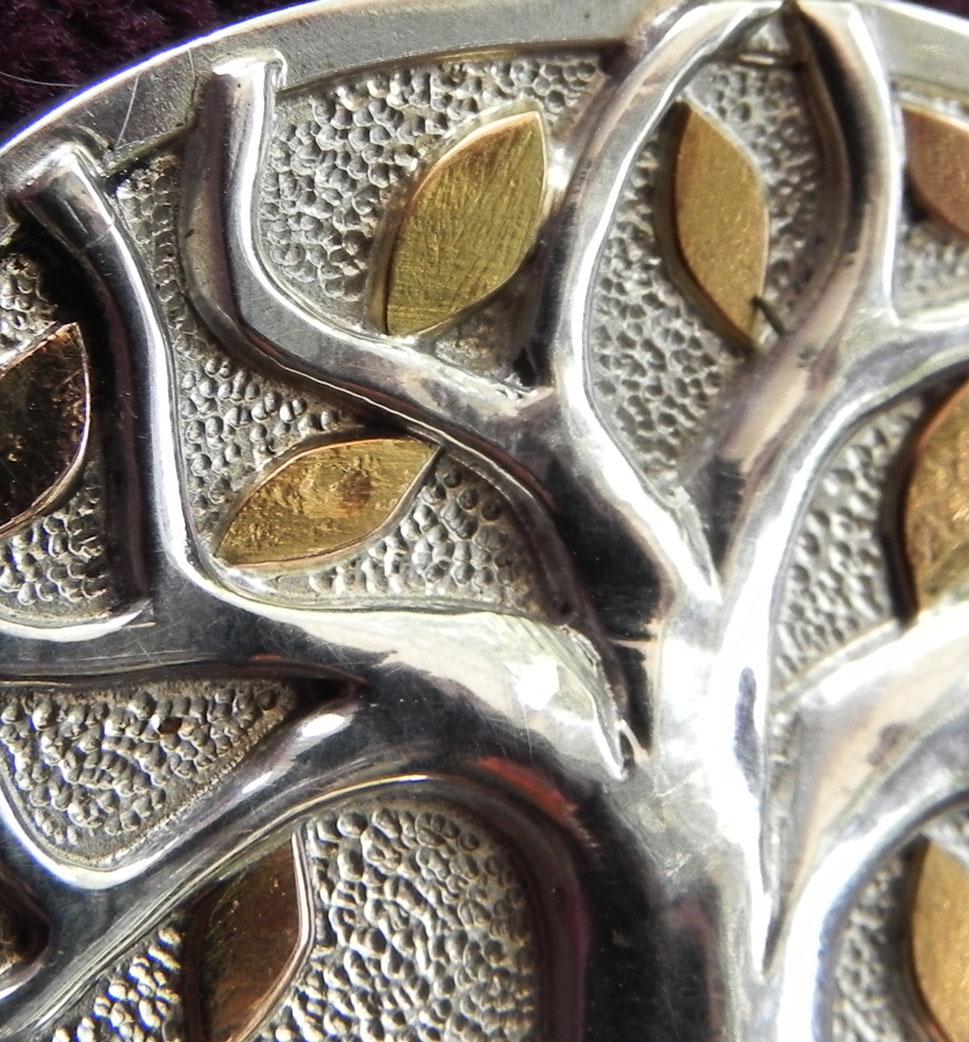 Silberanhänger mit silbernen baum und goldenen Blättern