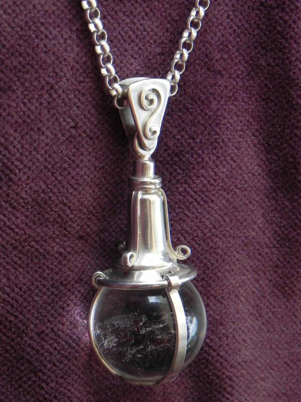 Bergkristallkugel in Silber eingefasst