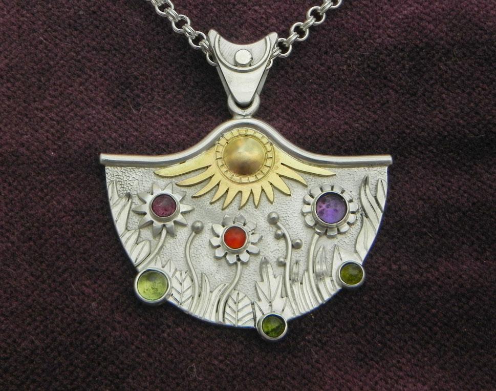 Silberanhänger mit naiver Blumenwiese