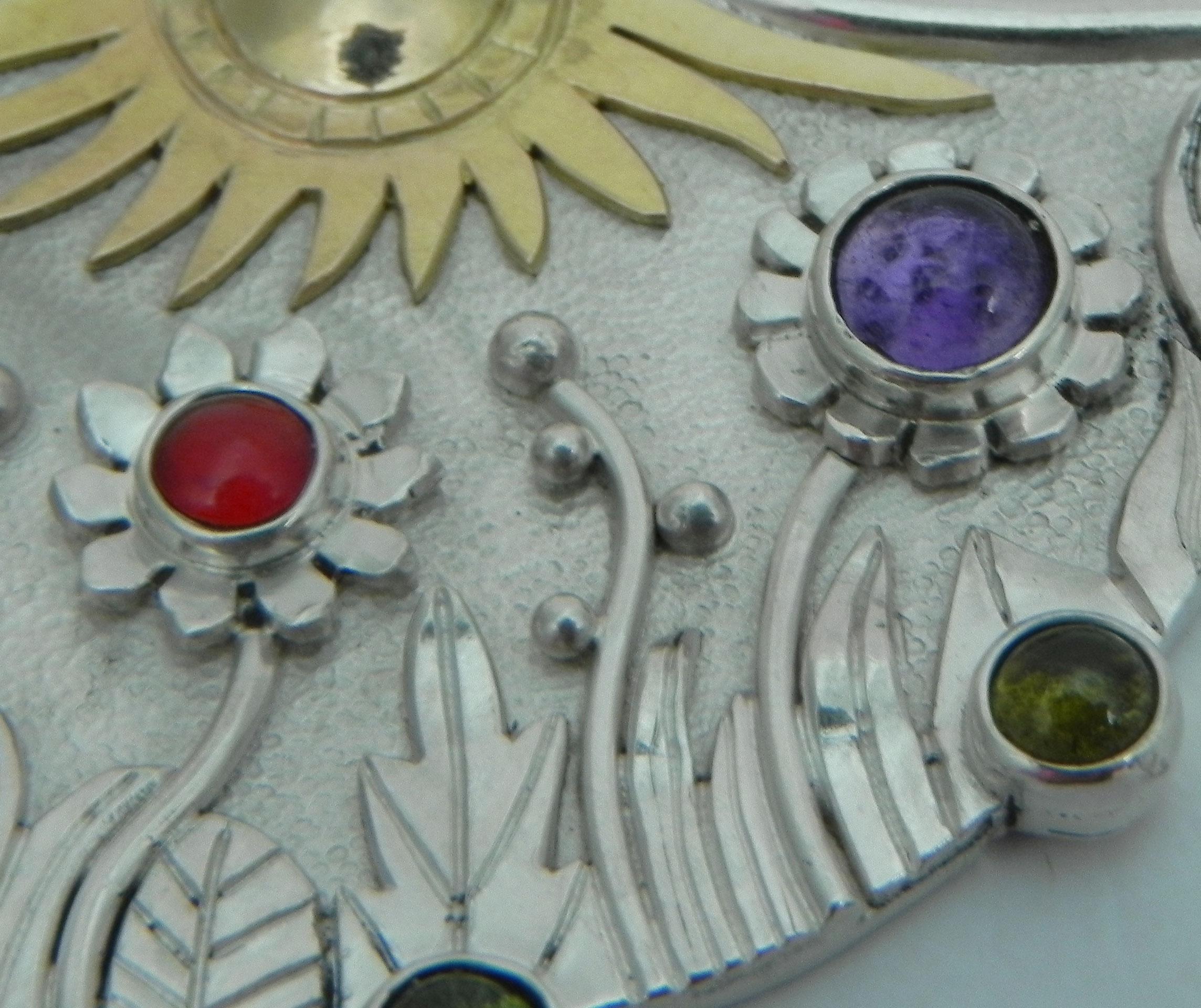 Silberanhänger mit naiver Blumenwiese Details