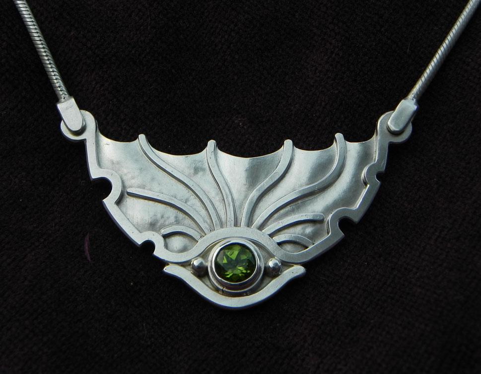 Silberanhänger in Form eines Drachenauges