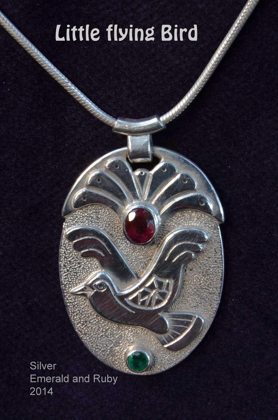 unikatschmuck silber kettenanhänger vogel amulett rubin smaragd