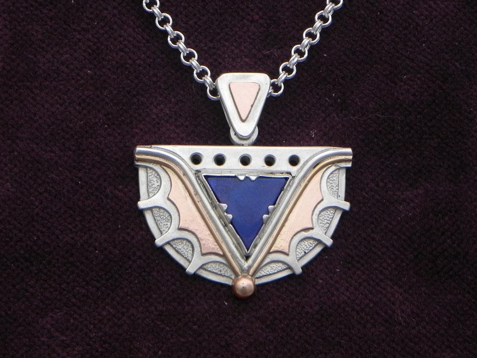 Silberanhänger in Halbkreisform mit Lapislazuli