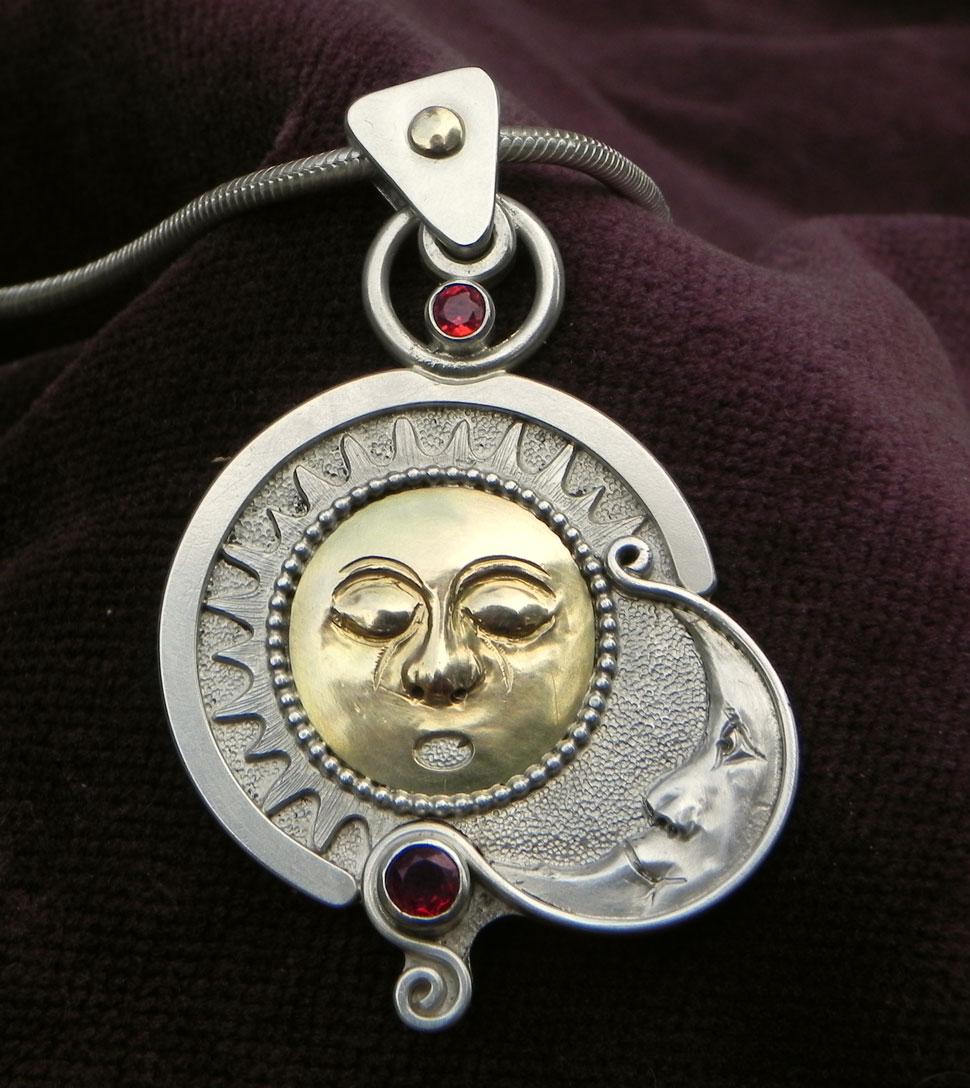 Sonne und Mond auf einem Silberanhänger