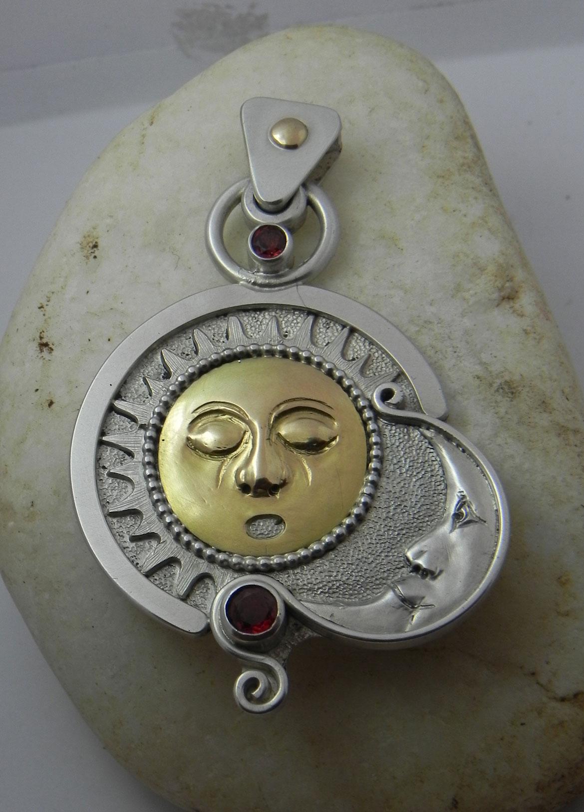 Sonne und Mond auf einem Silberanhänger 2.Ansicht