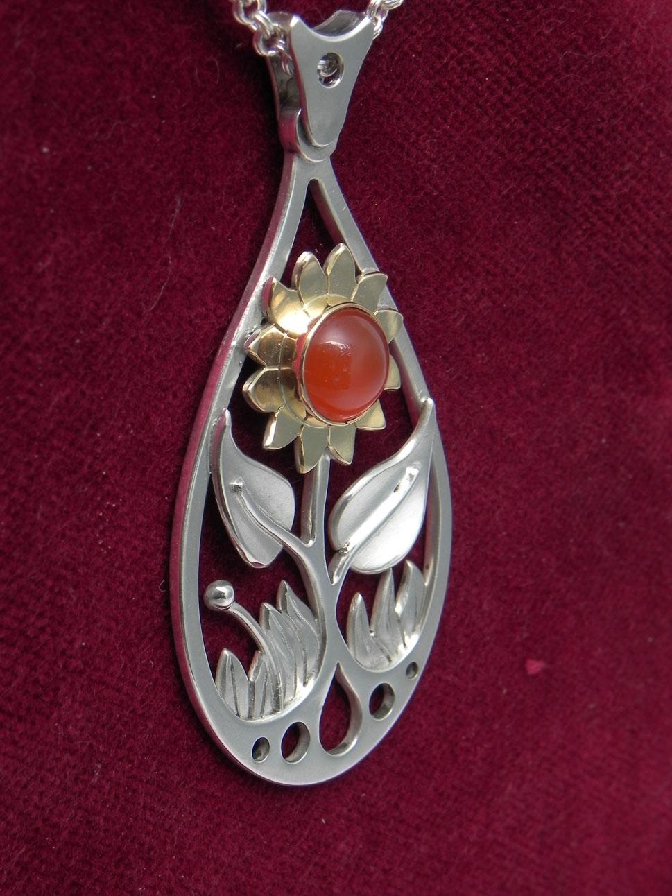 Silberanhänger mit goldener Sonnenblume