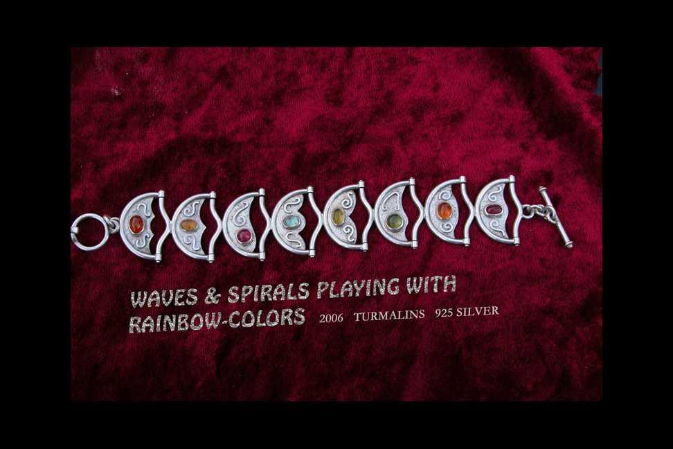 Kette Wellen und Spiralen spielen mit Regenbogenfarben