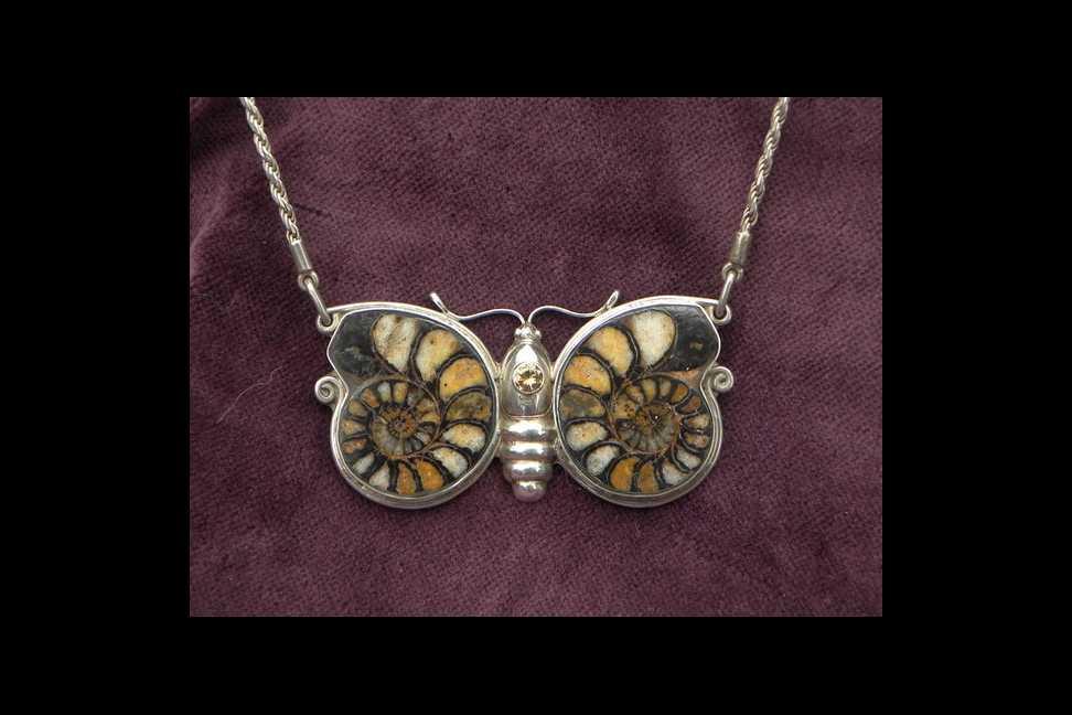 unikatschmuck schmetterling silber kettenanhänger ammonit fossil designerschmuck