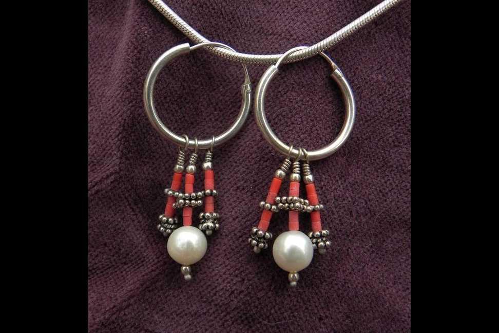 Silberkreole mit Perle und Koralle