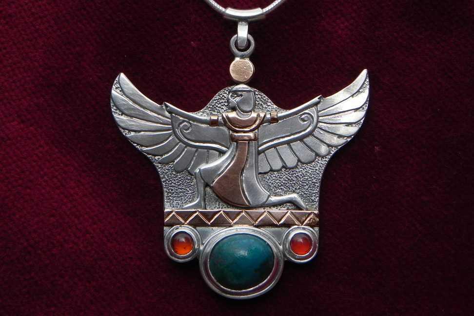 Göttin Isis in Silber und Gold mit Edelsteinen