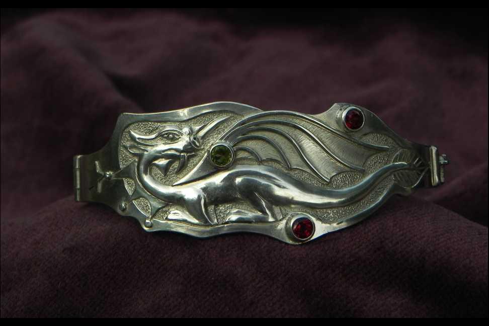 Silberarmband mit Drachenmotiv und Edelsteinen