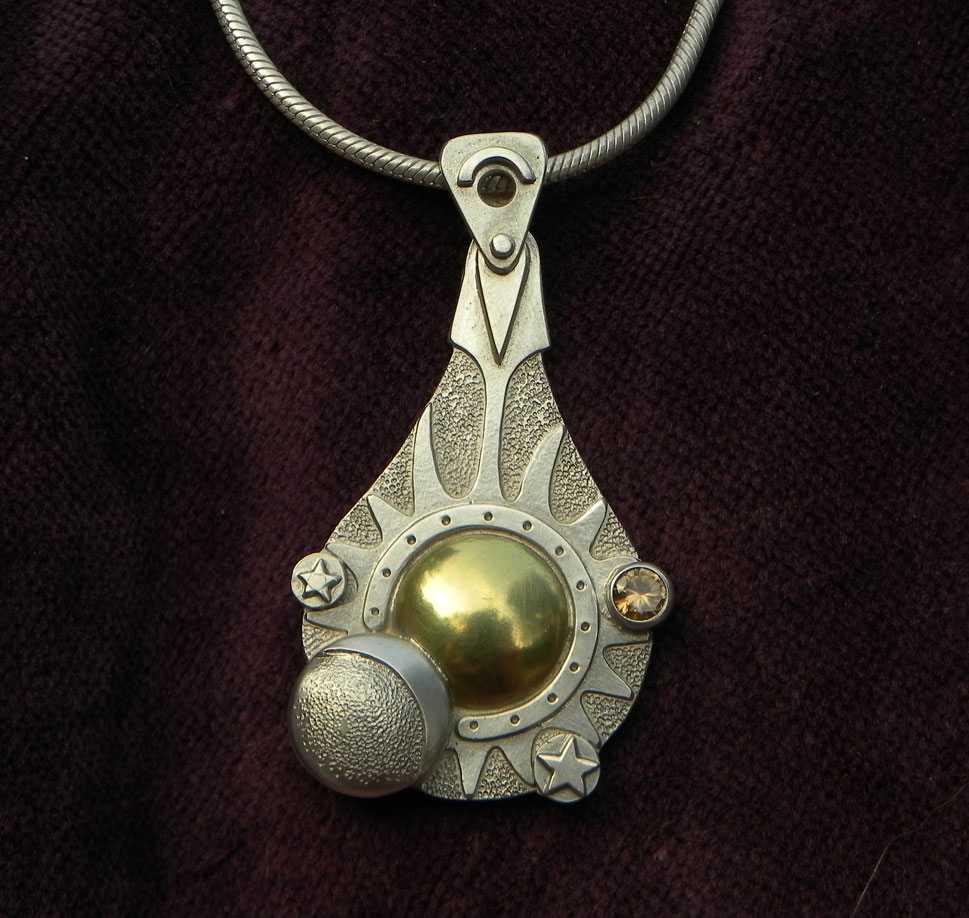 Silberanhänger mit Sonne, Mond und Sternen