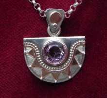 Dekorativer Silberanhänger mit Amethyst